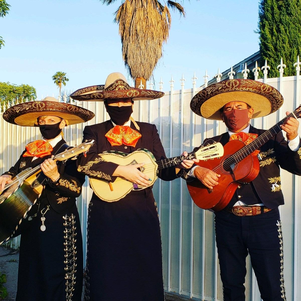 Aurelio Reyes, quien toca en un trío de mariachis con su esposa e hija han recibido cancelaciones como resultado del toque de queda en todo el estado. Foto cortesía de Aurelio Reyes.