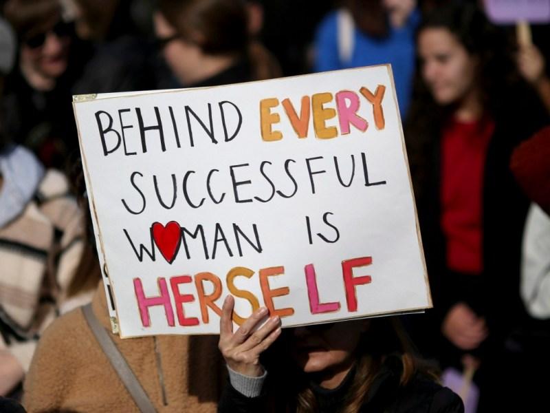 Un manifestante muestra un cartel durante un mitin en Arena Green durante la Marcha de Mujeres en San José el 18 de enero de 2020. Foto de Anda Chu, Bay Area News Group