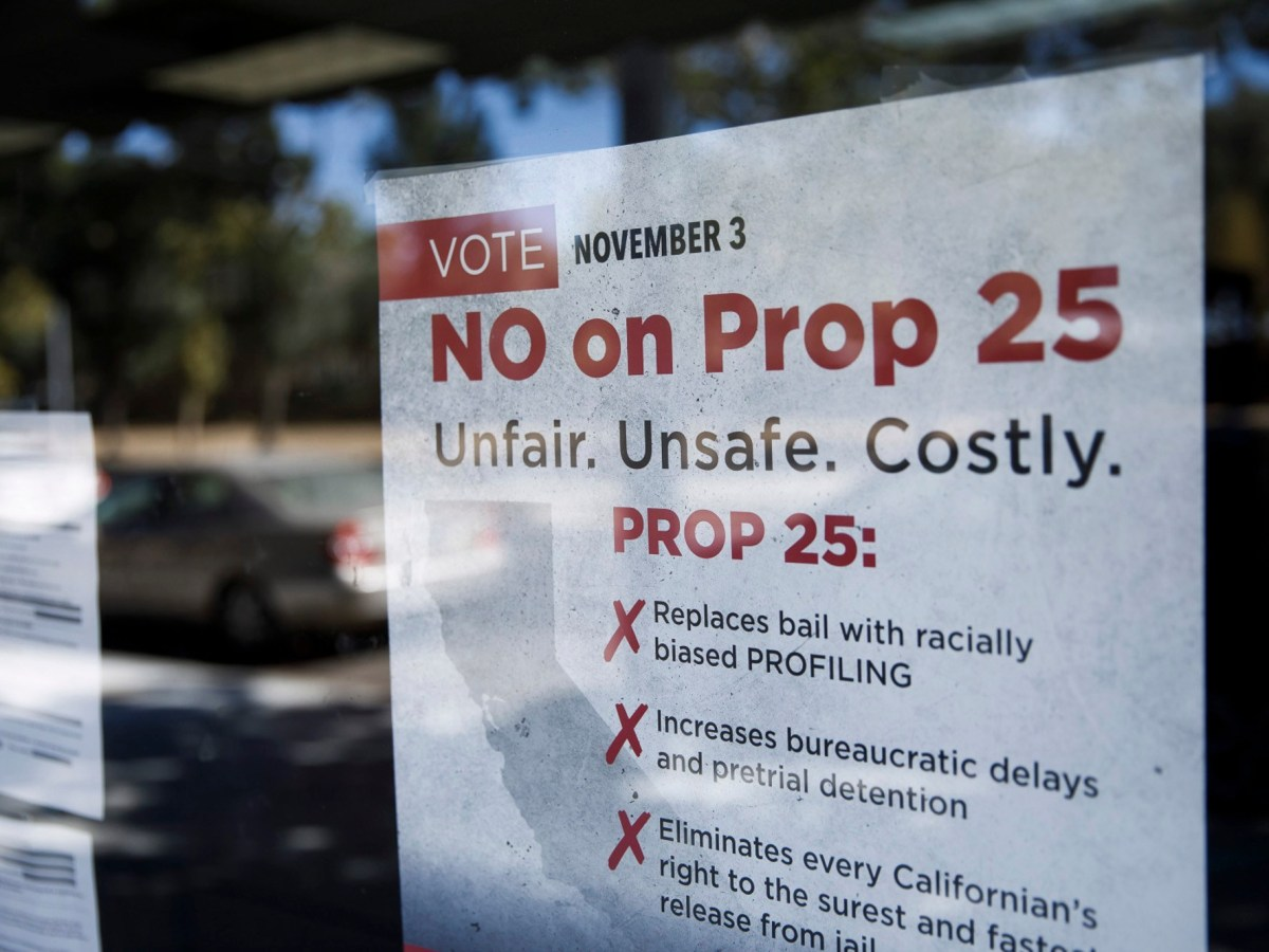 Un cartel en contra de la Proposición 25 se muestra en Bad Boys Bail Bonds el 12 de octubre de 2020 en San José. Foto de Dai Sugano, Bay Area News Group