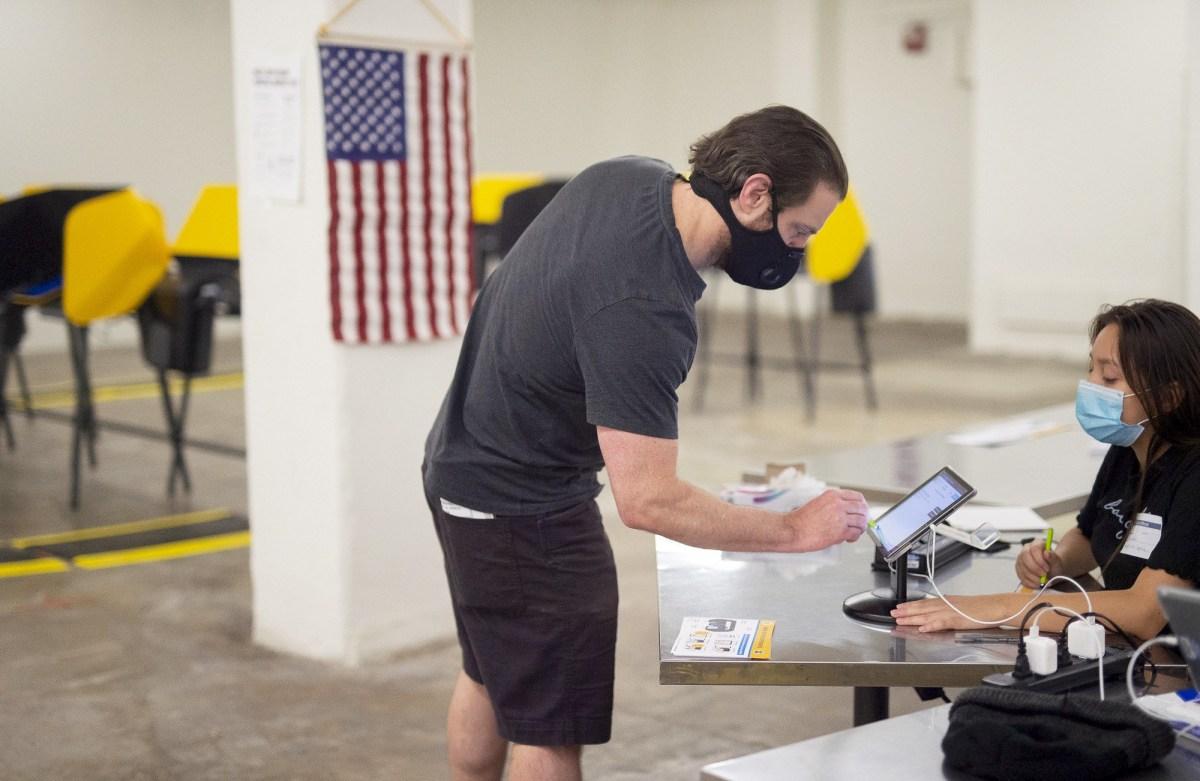 Los centros de votación se abrieron en todo el condado de Los Ángeles, incluido el Grand Central Market, el 24 de octubre de 2020. Los votantes pueden dejar las boletas o votar en persona antes del 3 de noviembre. Crédito de la foto del condado de Los Ángeles a través de Flickr