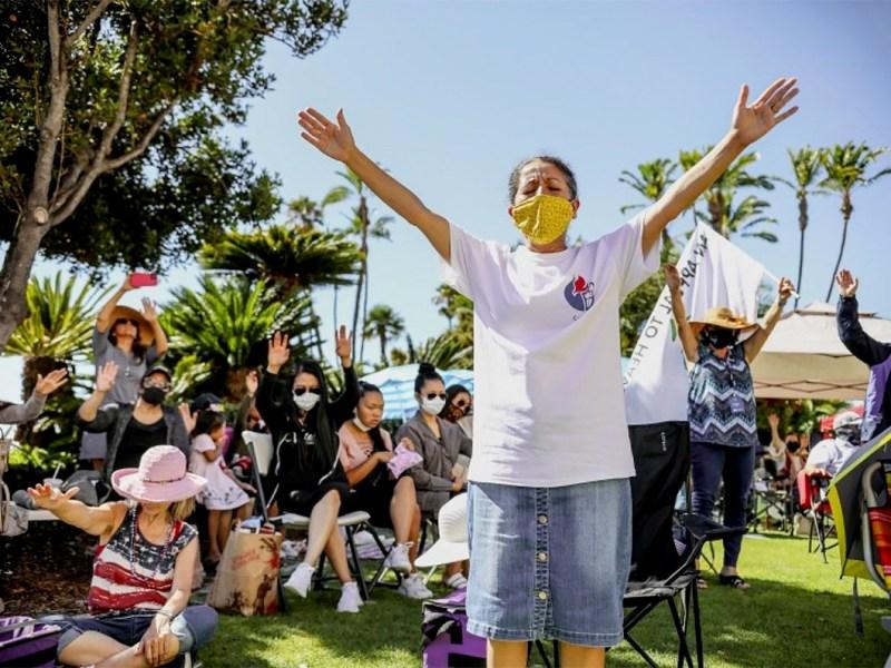 Susana Braxton ora durante el Día Nacional de Oración por la Libertad Religiosa frente al Centro de Administración del Condado en el centro de San Diego el 8 de agosto de 2020. Foto de Sandy Huffaker