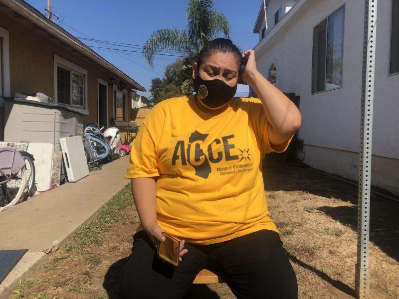 Patricia Mendoza, madre soltera de dos hijos, perdió su trabajo como conductora de transporte médico al comienzo de la pandemia. Foto de Nigel Duara, CalMatters