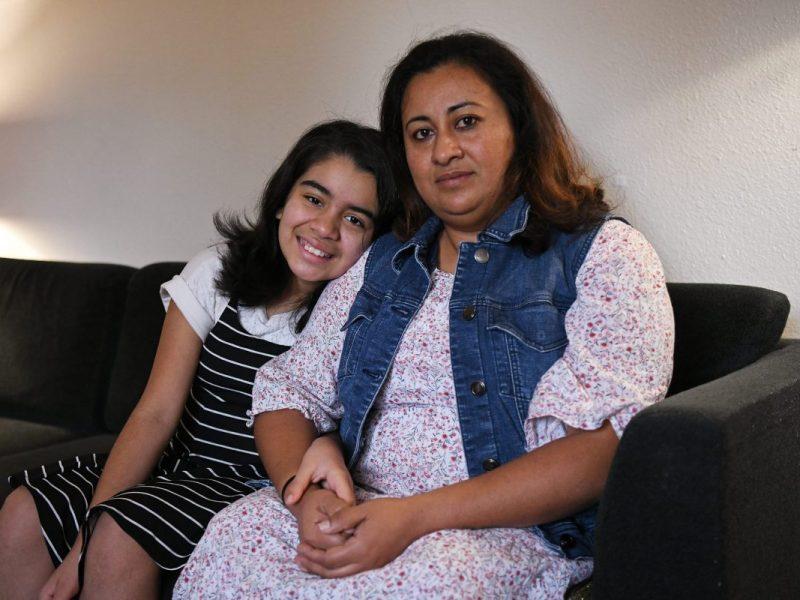 Aleida Ramirez, de 42 años, de Concord, se sienta con su hija Emily, de 11 años, en su casa en Concord, California, el lunes 9 de noviembre de 2020. Ramírez perdió su trabajo y se convirtió en madre soltera en las primeras etapas de la pandemia. . Crédito: Jose Carlos Fajardo / Bay Area News Group