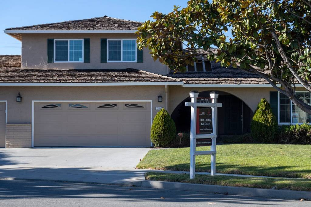Un cartello di The Ruiz Group sta davanti a una casa in un quartiere di Salinas venerdì 27 novembre 2020. Foto di David Rodriguez, The Salinas Californian