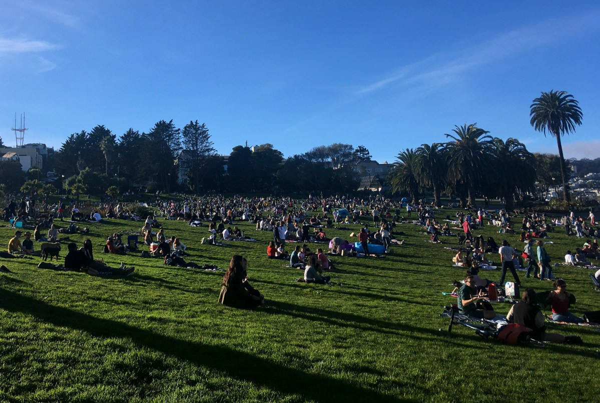 Crowds gather to enjoy the unseasonably warm weather at Dolores Park on Jan 16, 2021. Photo by Anne Wernikoff, CalMatters