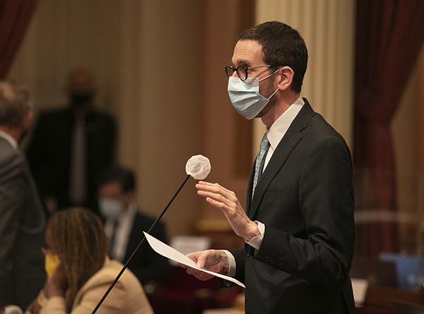 Sen. Scott Wiener speaks on the Senate floor during a vote on Aug. 31, 2020. Photo by Anne Wernikoff for CalMatters