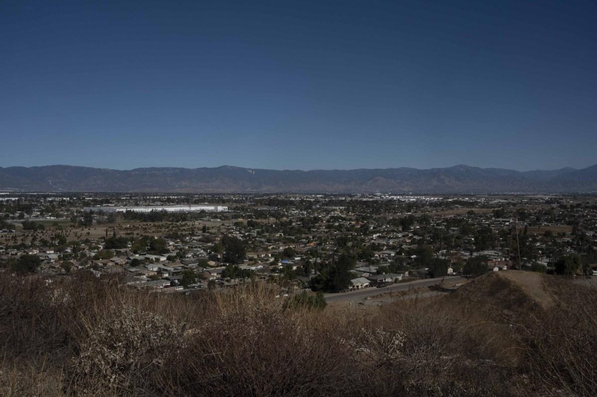 Una vista aérea de la pequeña comunidad rural de Bloomington el 18 de diciembre de 2020. Foto de Tash Kimmell para CalMatters.