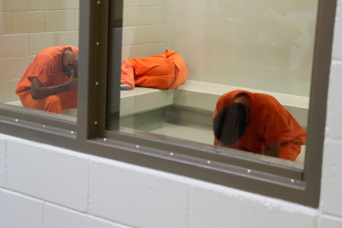 Los detenidos esperan ser procesados en el Centro de Procesamiento ICE de Adelanto en Adelanto el 28 de agosto de 2019. Debido a que los detenidos están bajo custodia federal, los funcionarios estatales de salud dijeron la semana pasada que no están seguros de quién es responsable de la vacunación en los centros de detención. Foto de Chris Carlson, AP Foto