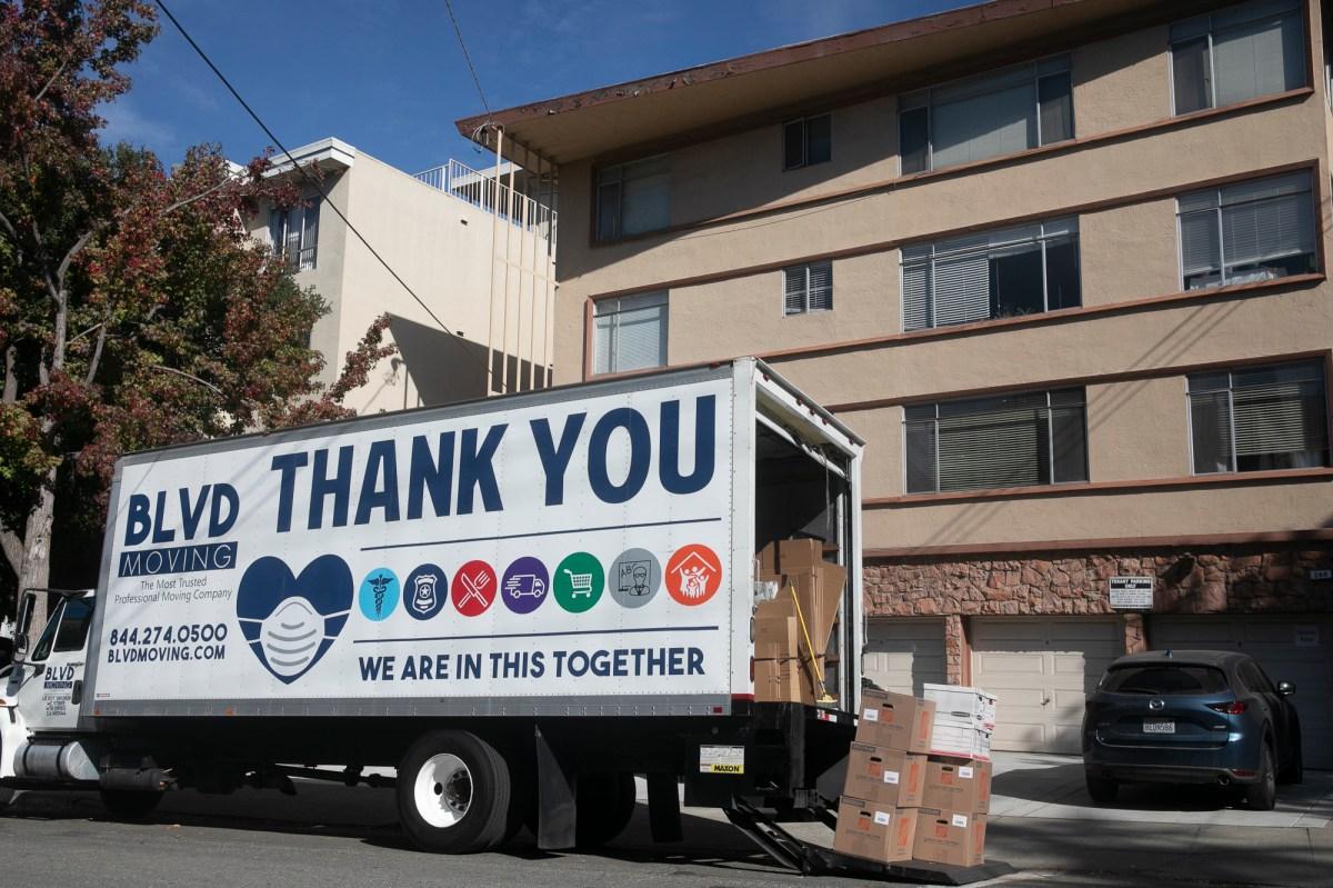 Un camión de mudanzas con mensajes que reconocen COVID-19 afuera de un edificio de apartamentos en Oakland el 7 de noviembre de 2020. Foto de Anne Wernikoff para CalMatters
