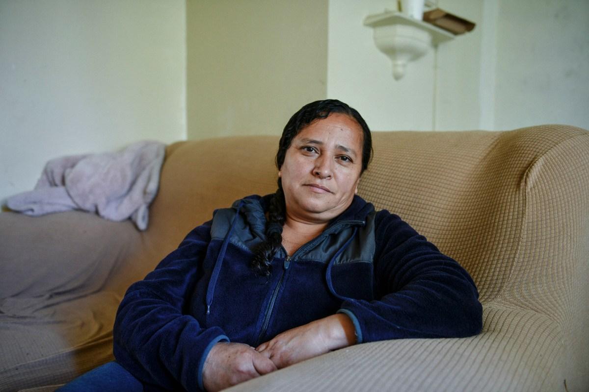 """Gladys García se sienta para un retrato dentro de su apartamento en el complejo de viviendas públicas Mar Vista Gardens en Culver City el 14 de abril de 2021. """"Me temo que cuando sea el momento de pagarles el dinero, tendré que irme"""". García, que es madre de cuatro hijas, dijo. Foto de Pablo Unzueta para CalMatters"""
