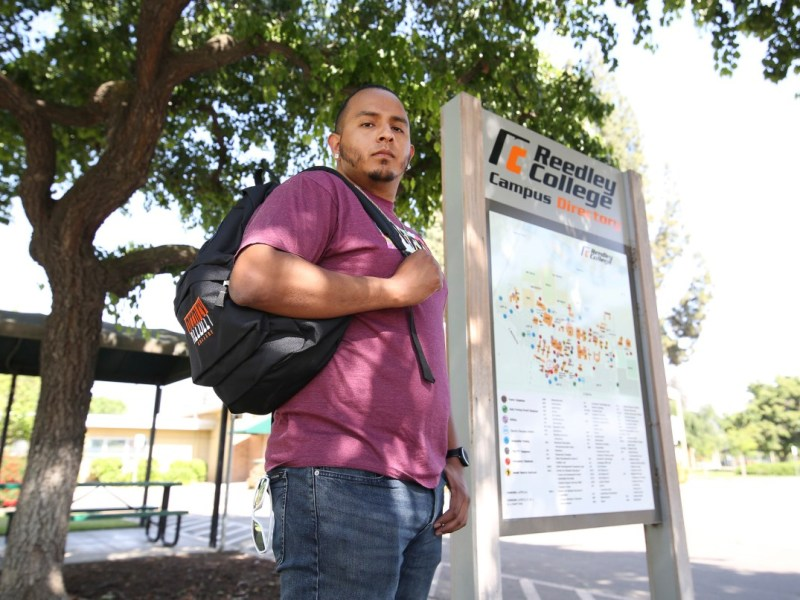 A Stephen Kodur, un estudiante de Reedley College, se le negó un Cal Grant debido a restricciones de tiempo fuera de la escuela secundaria. Los estudiantes mayores como Kodur se beneficiarán de una expansión del programa de ayuda financiera del estado. Foto de Gary Kazanjian para CalMatters