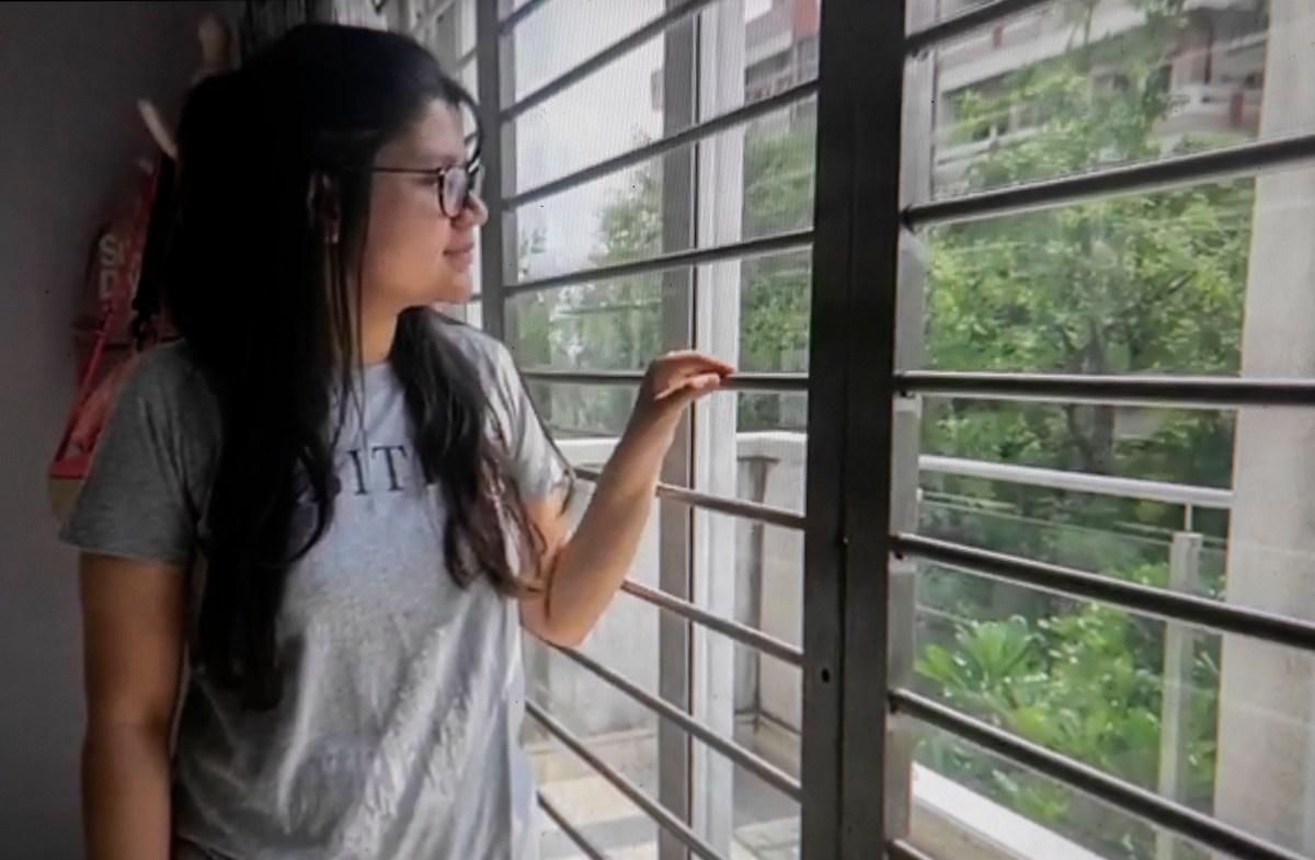 La estudiante entrante de UC Irvine, Yutika Khemka, fotografiada a través de Zoom en su habitación en Kolkata. Khemka no está segura de si las vacunas disponibles actualmente en India la calificarán para regresar al campus en el otoño, pero dice que tomará cualquier vacuna que pueda recibir. Foto de Anne Wernikoff, CalMatters