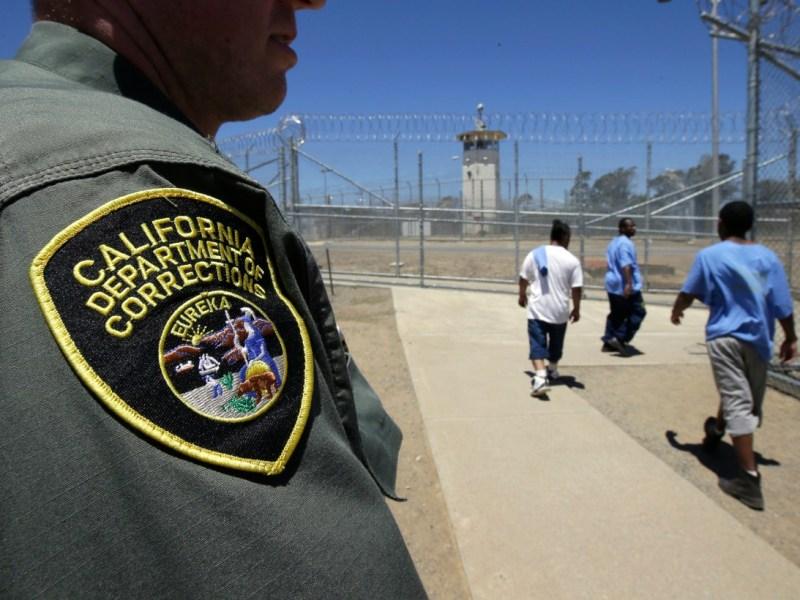 Aproximadamente el 57% del personal de las prisiones de California se ha saltado las vacunas contra el COVID. En esta imagen de 2018, los reclusos pasan a un oficial correccional cuando salen de un patio de ejercicios en el Centro Médico de California en Vacaville. Foto de Rich Pedroncelli, AP Foto