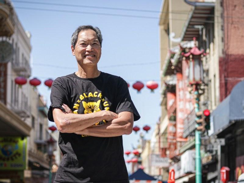 Russell Jeung, cofundador de Stop AAPI Hate, cerca de la oficina de China para la Acción Afirmativa en San Francisco Chinatown el 7 de mayo de 2021. Jeung es profesor de Estudios Asiático Americanos en la Universidad Estatal de San Francisco. Foto de Harika Maddala
