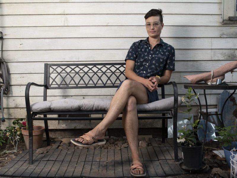 Charis Hill, un activista de la discapacidad, posa para un retrato en su casa de Sacramento. Hill aboga por que el estímulo de Golden State se extienda a los beneficiarios de SSDI automáticamente. Foto de Salgu Wissmath para CalMatters