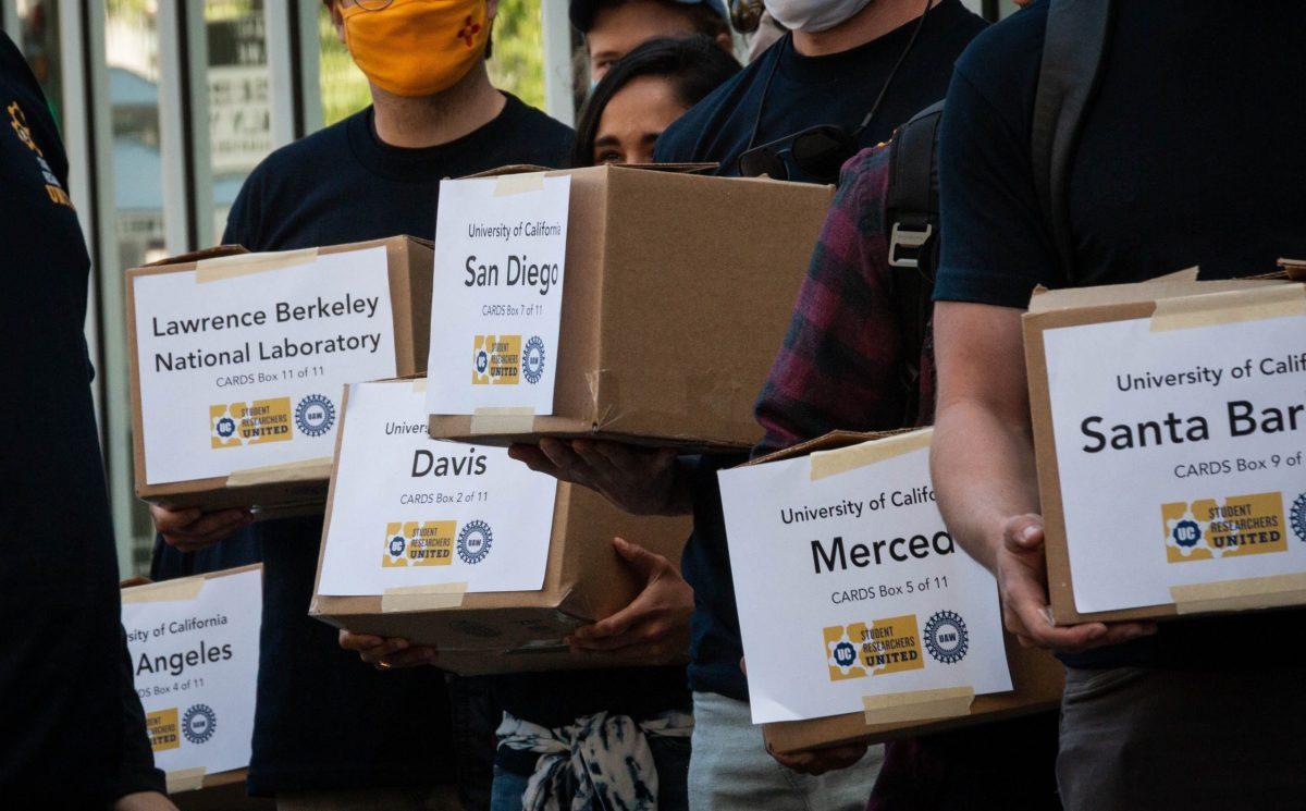 Los estudiantes investigadores graduados entregan más de 10,000 tarjetas firmadas para iniciar el proceso de formación de un sindicato. Foto de Reed Yalisove, cortesía de Student Researchers United
