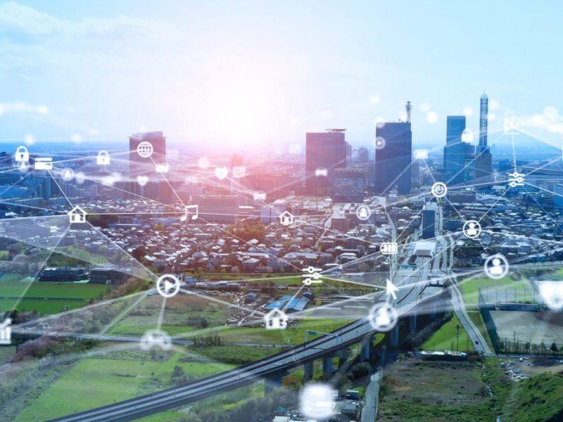 Concepto de red de comunicación y ciudad inteligente. 5G. IoT (Internet of Things). Telecomunicación.