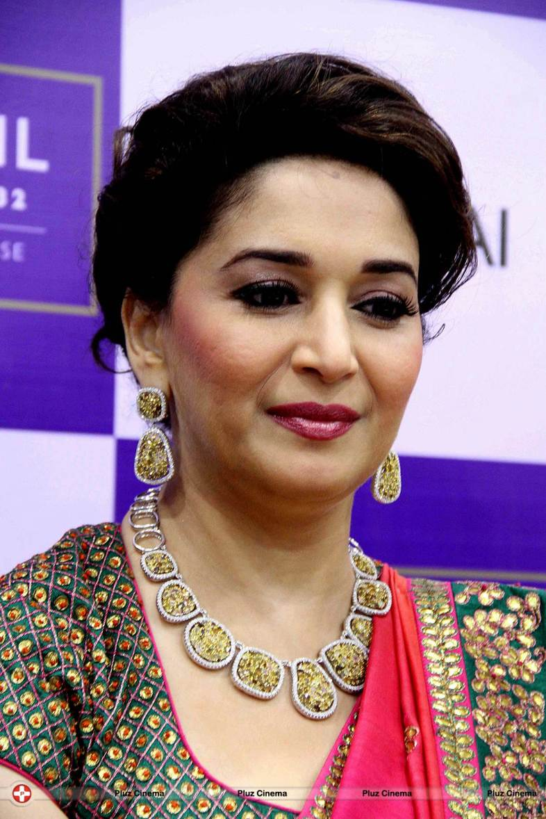Madhuri_Dixit_inaugurates_P_N_Gadgil_Jeweller_s_new_showroom5cb679488306cad04a957cb424693393