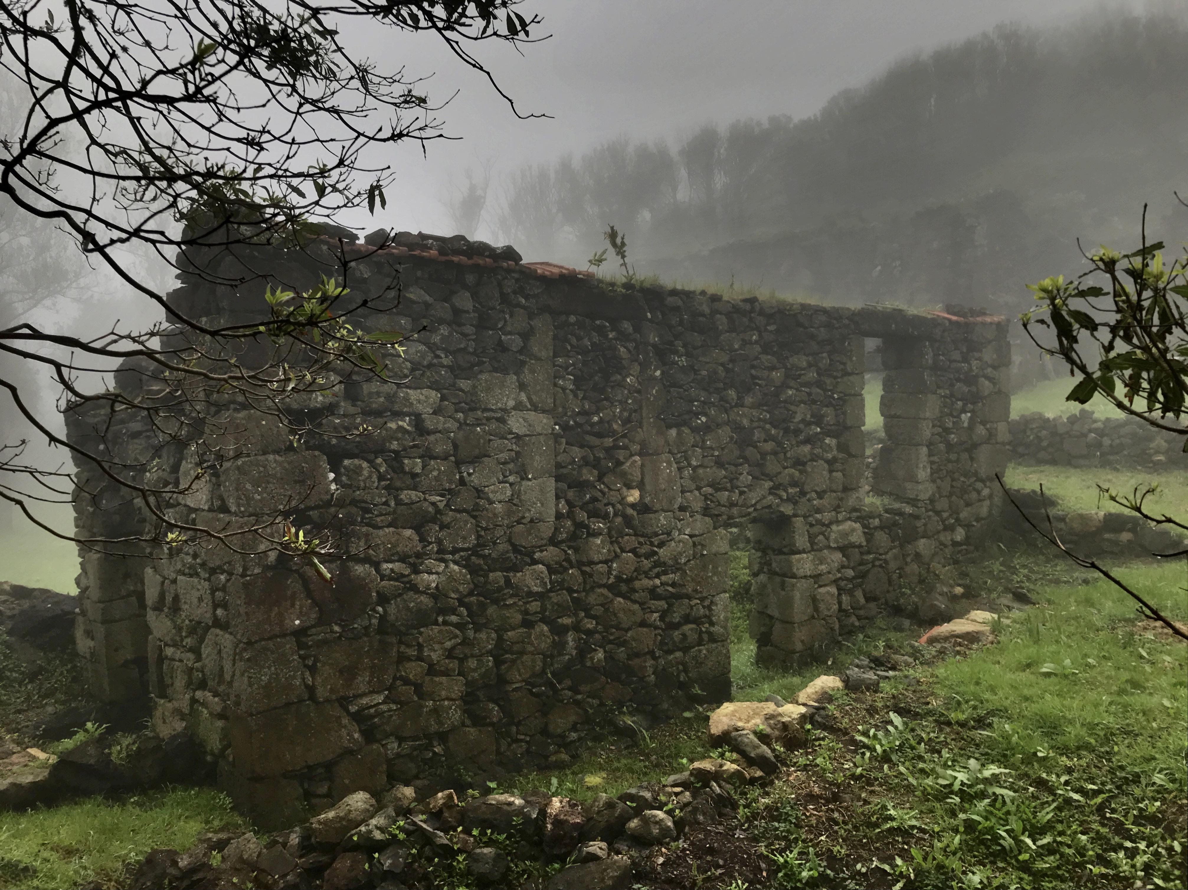 Casa das Levadas sob o nevoeiro