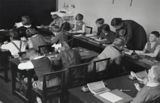 Fotografía antigua de chicos en la escuela