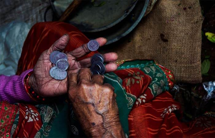 Imagen de anciana contando monedas