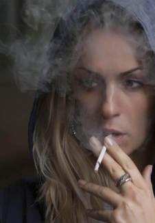 Mujer fumando - Adicciones