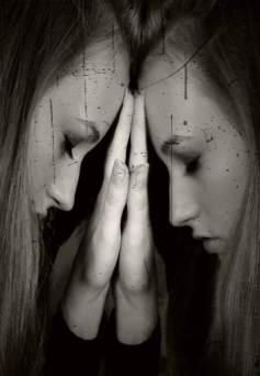 Mujer llorando frente a un espejo