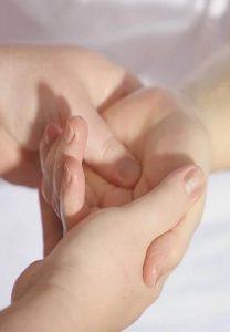 Manos de adulto sanando a un niño