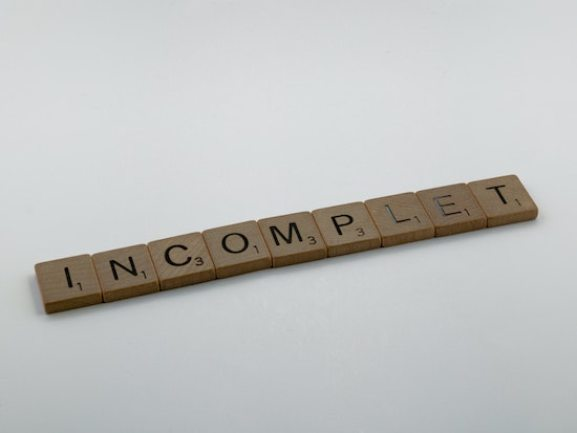 """Scrable tiles spelling """"Incomplet"""""""