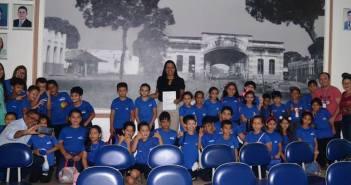 Presidente Luciana Castanheira recebe na Câmara alunos da Escola SESC