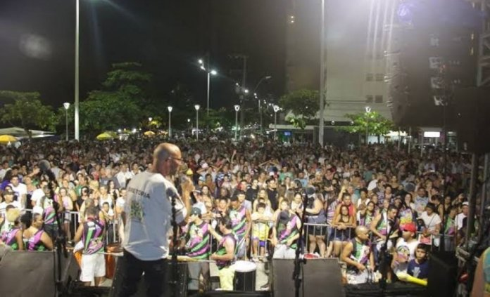 Evandro agitando o público na Praça Tamandaré no Carnaval passado