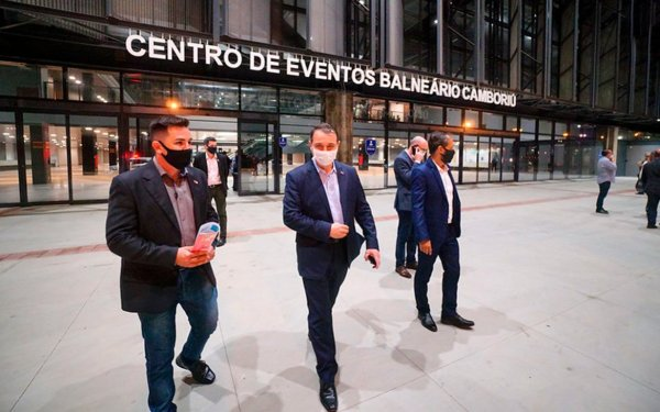 Com discurso em tom de despedida, governador visita Centro de Eventos de Balneário Camboriú