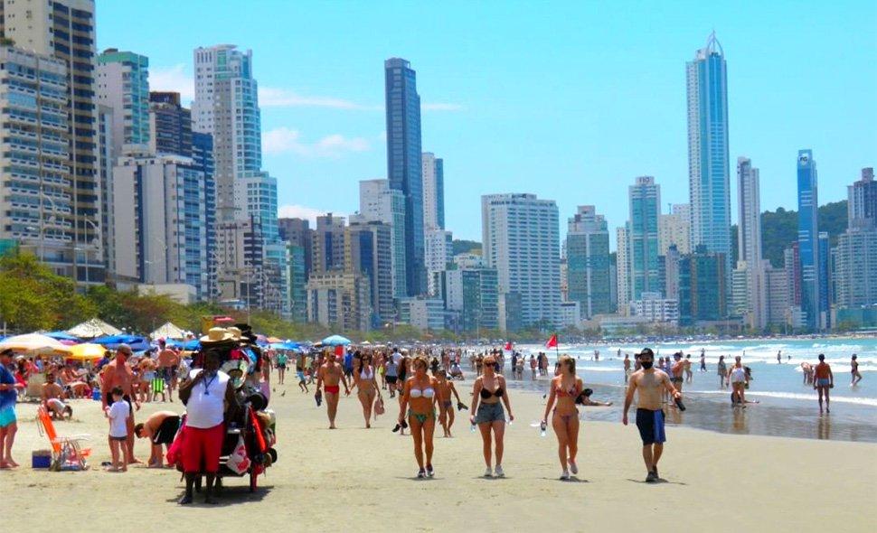 Feriado foi movimentado em Balneário Camboriú, com praia lotada e baladas: fiscalização não fechou nenhum estabelecimento