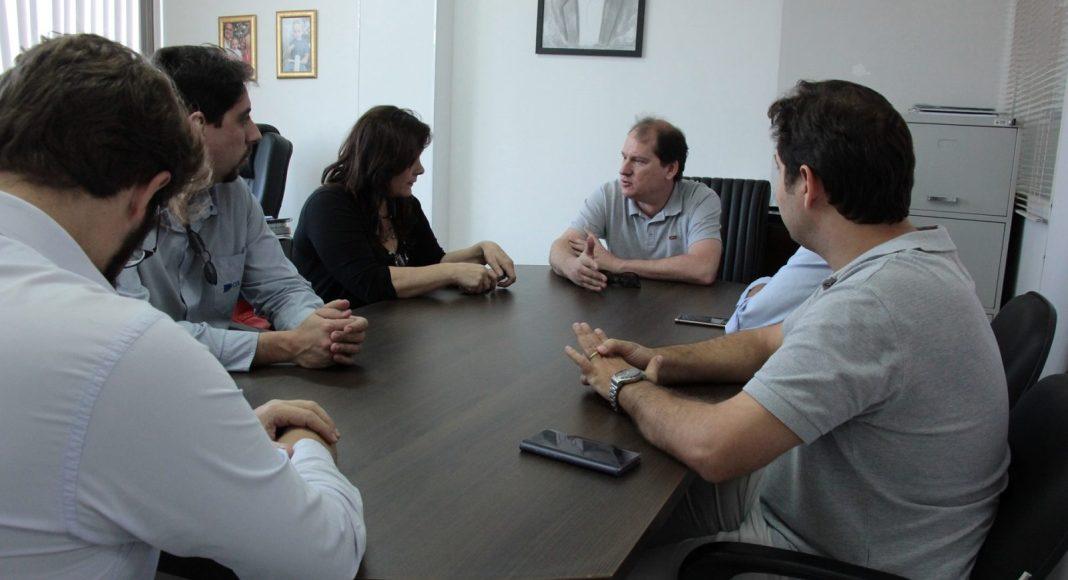 Representantes da empresa e do município reunidos com representantes do CDL