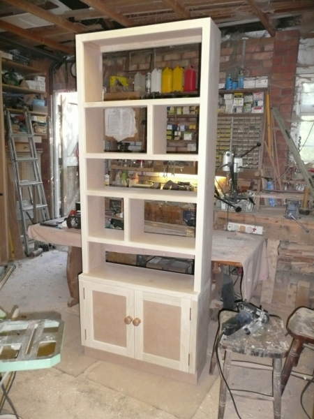 Bookcase with staggered divisions