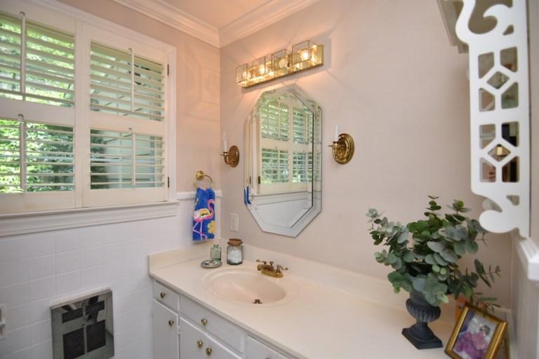 933 Kearns Ave, Buena Vista, WS primary bathroom