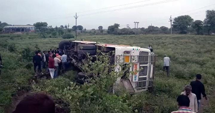 बरेली से भोपाल हा रही यात्री बस पलटी, दर्जनों यात्री घायल