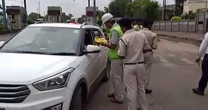 देवास : यातायात नियमों का पालन करने लोगों को जागरूक किया गया