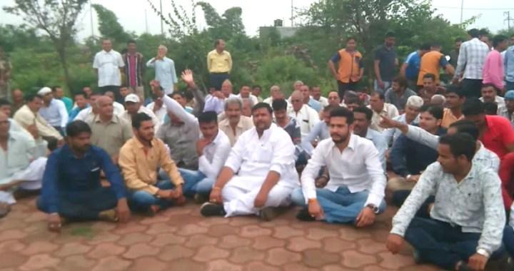 भूमि अधिग्रहण हुआ लेकिन नहीं मिला मुआवजा, पीथमपुर के किसानों ने दिया धरना