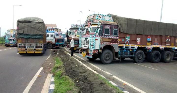 अधिक टोल ट्रैक्स वसूलने पर ट्रक चालाकों ने लगाया जाम
