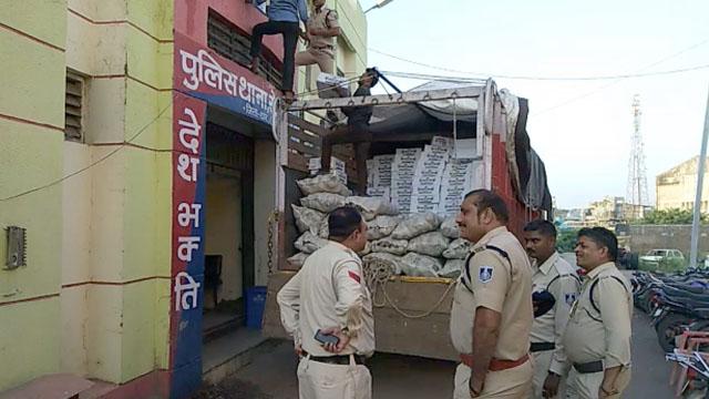पीथमपुर पुलिस ने चुकंदर की आड़ में शराब का अवैध परिवहन करते पकड़ा