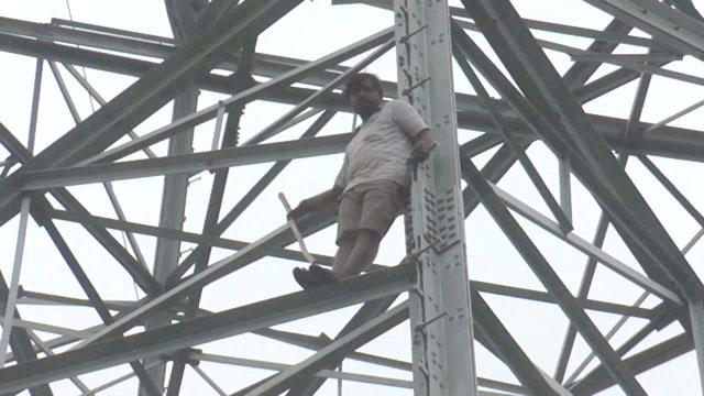 टाॅवर पर चढ़कर युवक ने दी आत्महत्या करने की धमकी