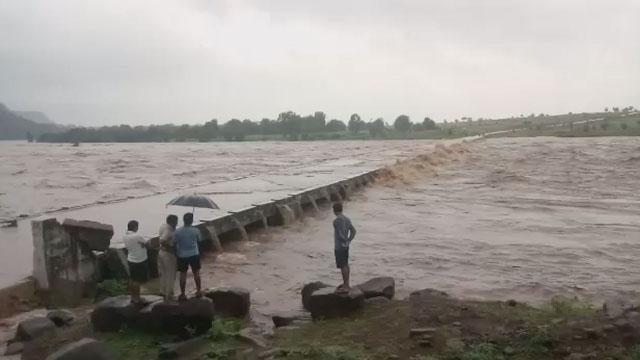 भुईमाड की गोपद नदी उफान पर, वाहनों का आवागमन बंद