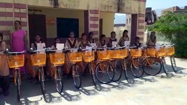 खाखरवाड़ा की 16 छात्राओं को साइकिल वितरित की गईं