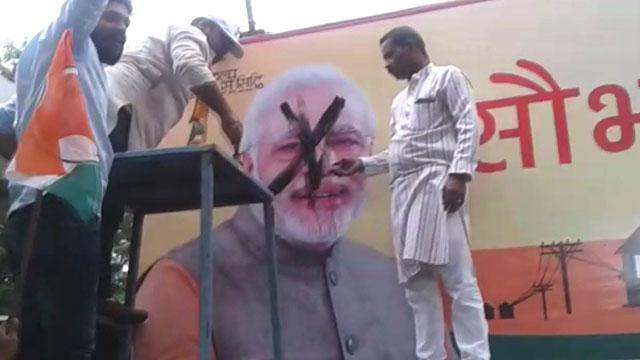 नरेन्द्र मोदी के फोटो पर कालिख पोती, मामला गरमाया
