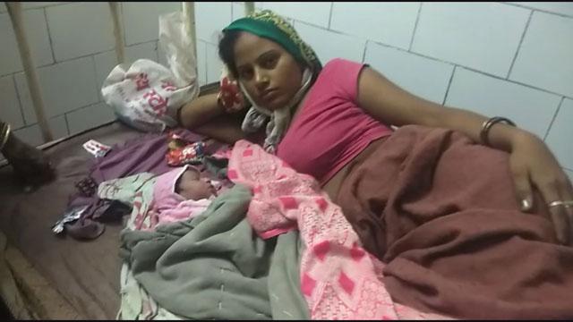 गर्भवती महिला की ट्राली में हुई डिलेवरी, खराब सड़क के कारण नहीं पहुंची जननी एक्सप्रेस