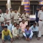 10 वारंटी को पकड़कर पुलिस ने निकाली जुलूस