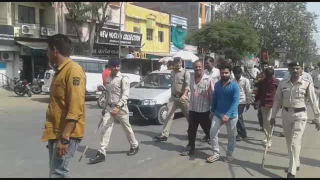 देपालपुर में सटोरियों की गिरफ्तारी के बाद निकाला गया जुलूस