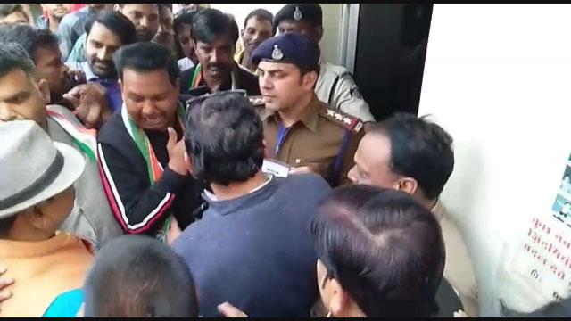 आमने सामने हुए कांग्रेसी और भाजपाई, विवाद होने पर पुलिस ले गई थाने