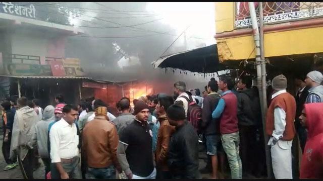 पीथमपुर की फुटवेयर दुकान में लगी भीषण आग